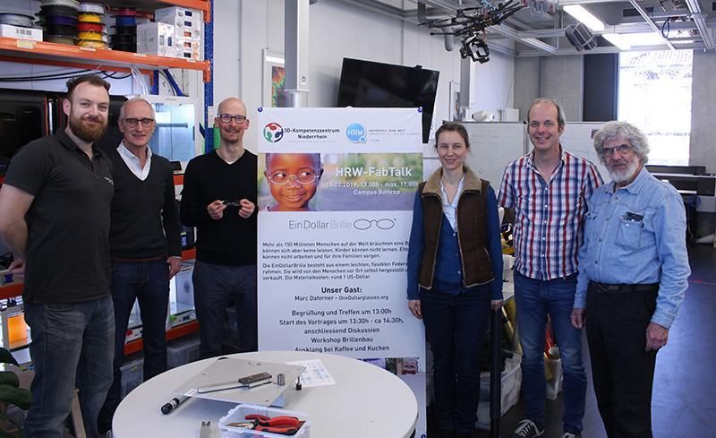 Karl Reinhard Fischer (2.v.l.) und Marc Daferner (3.v.l.) mit dem FabLab-Team