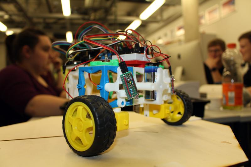 Roboter mit Teilen aus dem 3D-Drucker